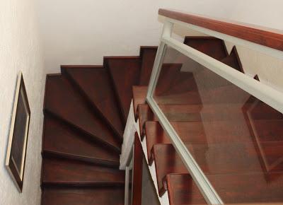 Ejemplo de barandal de aluminio con cristal templado - Escaleras de cristal y madera ...